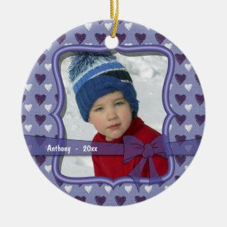 Ornamento púrpura y blanco de la foto del recuerdo adorno navideño redondo de cerámica