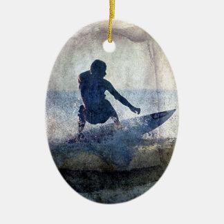 Ornamento que practica surf 1, Copyright Karen J Adorno Navideño Ovalado De Cerámica