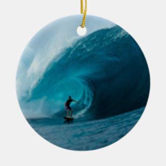 Ornamento que practica surf adorno navideño redondo de cerámica