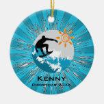 Ornamento que practica surf ornamento para arbol de navidad
