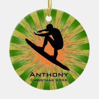 Ornamento que practica surf personalizado adorno navideño redondo de cerámica