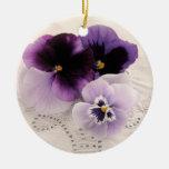 ornamento redondo de los pensamientos púrpuras ornamento de reyes magos