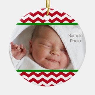 Ornamento rojo de la foto del bebé del navidad de adorno redondo de cerámica