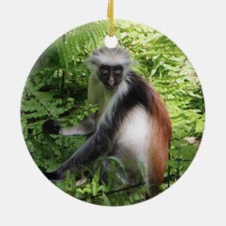 Ornamento rojo del mono de Colobus de Zanzíbar Adorno Navideño Redondo De Cerámica