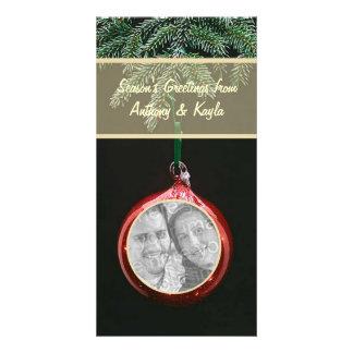 Ornamento rojo que cuelga en tarjeta del día de fi tarjeta personal con foto