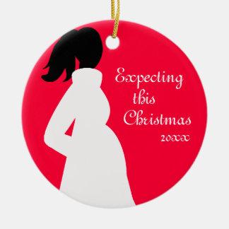Ornamento rojo y blanco del embarazo adorno navideño redondo de cerámica