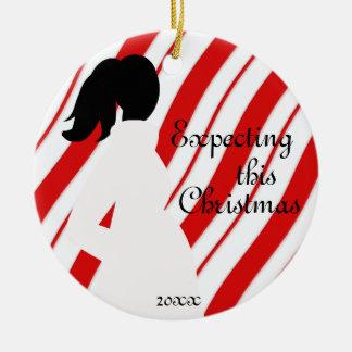Ornamento rojo y blanco del embarazo del bastón de adorno navideño redondo de cerámica