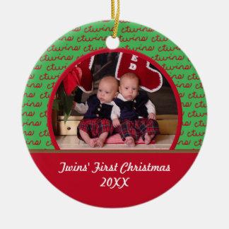 Ornamento rojo y verde de la imagen de los gemelos adorno navideño redondo de cerámica