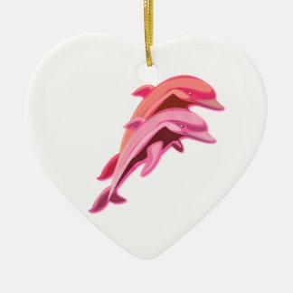 Ornamento rosado de los delfínes adorno navideño de cerámica en forma de corazón