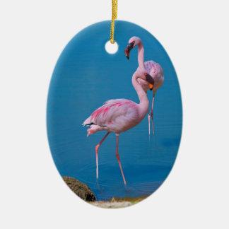Ornamento rosado de los flamencos adorno navideño ovalado de cerámica