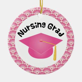 Ornamento rosado graduado de cuidado del regalo adorno navideño redondo de cerámica