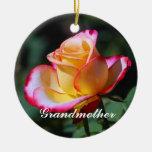 Ornamento rosado rojo y amarillo de la abuela y de ornamentos para reyes magos