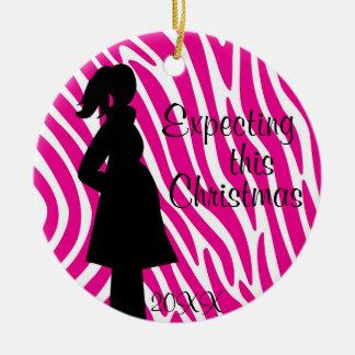Ornamento rosado y blanco del embarazo de la cebra adorno navideño redondo de cerámica