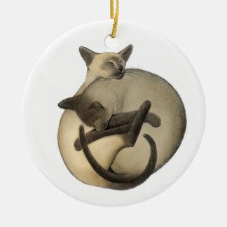 Ornamento siamés de los gatos del amor adorno navideño redondo de cerámica