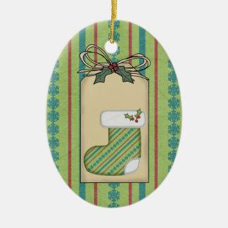 Ornamento verde de la etiqueta del regalo del adorno navideño ovalado de cerámica