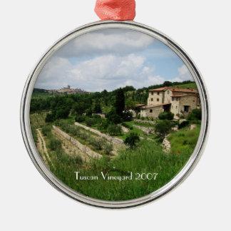 Ornamento - viñedo y ciudad toscanos de la colina adorno navideño redondo de metal