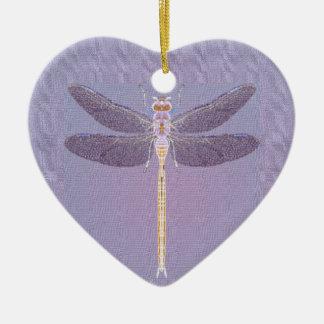 Ornamento violeta de la libélula adorno navideño de cerámica en forma de corazón