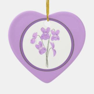 Ornamento violeta salvaje del ramo de la acuarela adorno de cerámica en forma de corazón