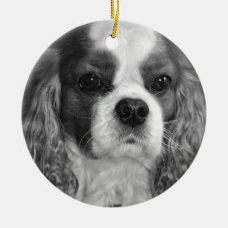 Ornamentos arrogantes del perro de aguas de rey adorno navideño redondo de cerámica