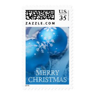 Ornamentos azules del navidad con la cinta estampilla
