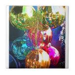 Ornamentos brillantes del navidad tejas  cerámicas