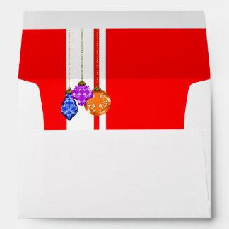 Ornamentos colgantes del navidad blancos y rojo sobre