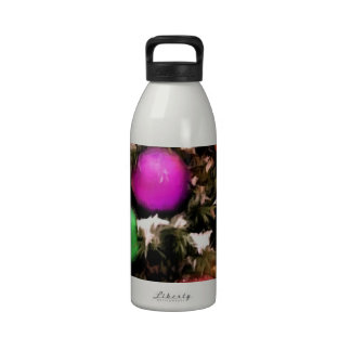 Ornamentos coloridos del día de fiesta del árbol d botella de agua reutilizable