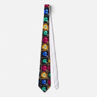 Ornamentos coloridos en una caja corbata