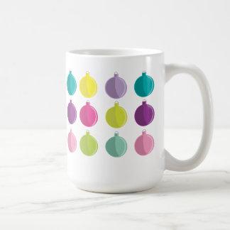 Ornamentos coloridos felices y brillantes del navi taza