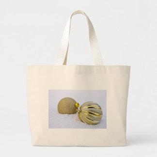 Ornamentos de la bola del navidad del oro en la bolsa tela grande