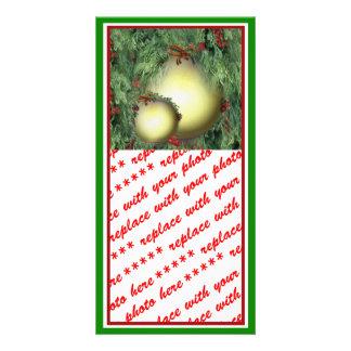 Ornamentos del árbol de navidad con la cinta roja tarjetas fotográficas
