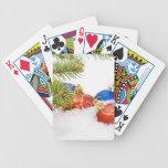 Ornamentos del árbol de navidad en nieve baraja cartas de poker