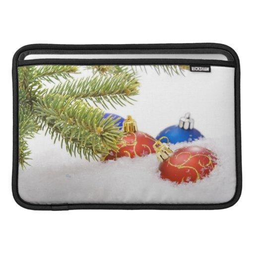 Ornamentos del árbol de navidad en nieve funda para macbook air