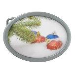 Ornamentos del árbol de navidad en nieve hebilla cinturon oval
