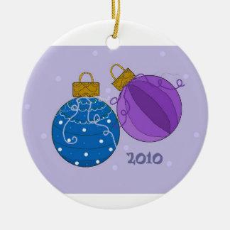 Ornamentos del navidad en azul y púrpura adorno navideño redondo de cerámica