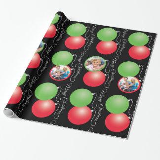 Ornamentos del navidad en negro y 5 marcos de la papel de regalo