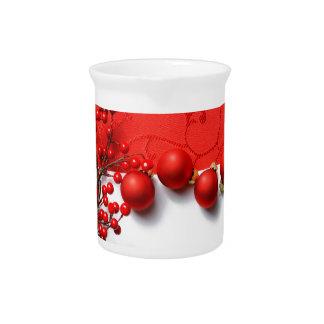 Ornamentos del navidad y bayas rojas jarrones