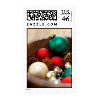 Ornamentos del navidad y conos del pino