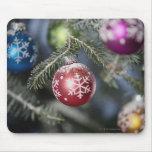 Ornamentos en un árbol de navidad alfombrilla de raton