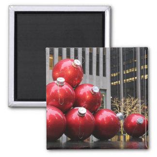 Ornamentos enormes de la bola del navidad en NYC Iman