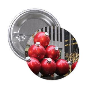 Ornamentos enormes de la bola del navidad en NYC Pin Redondo De 1 Pulgada