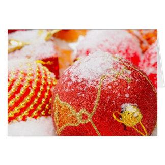 Ornamentos helados rojo del árbol de navidad tarjeta de felicitación