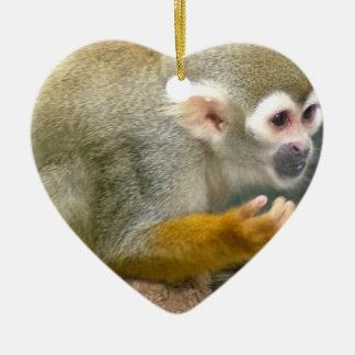 Ornamentos lindos del mono de ardilla adorno navideño de cerámica en forma de corazón