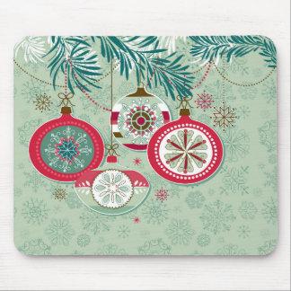 Ornamentos retros rojos y azules del navidad alfombrillas de ratón