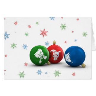 Ornamentos verdes, rojos y azules del árbol de nav tarjeta de felicitación