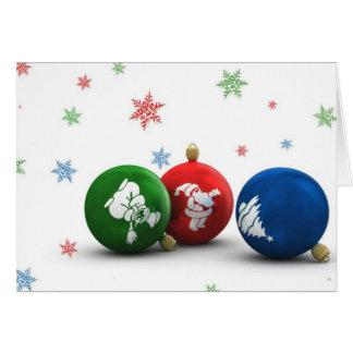 Ornamentos verdes, rojos, y azules del árbol de tarjeta de felicitación