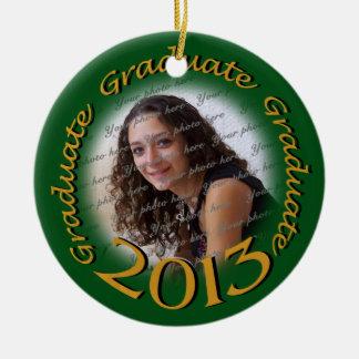 Oro 2013 del graduado y marco verde de la foto adorno navideño redondo de cerámica