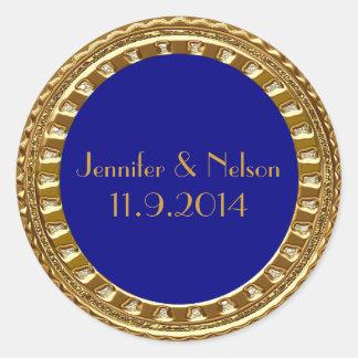 Oro atractivo y sello azul del sobre del boda pegatina redonda