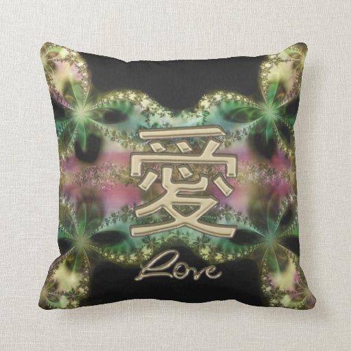 Oro chino del símbolo del amor en la almohada del