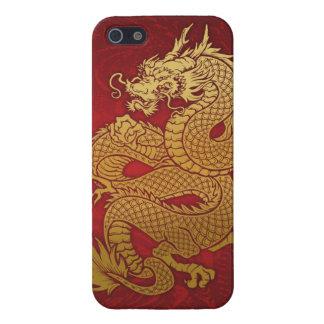 Oro chino en espiral del dragón en rojo iPhone 5 carcasa